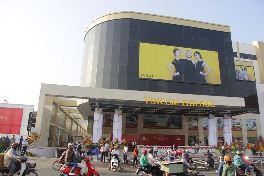 Các trung tâm thương mại lớn của Sài Gòn như Diamond, Aeon Mall, Vincom… địa điểm vui chơi Sài Gòn buổi tối hấp dẫn đối với các bạn trẻ